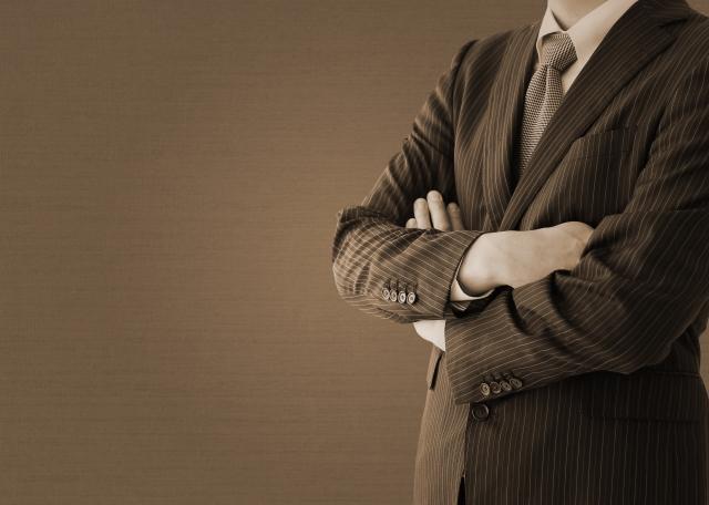 腕組み男性スーツ